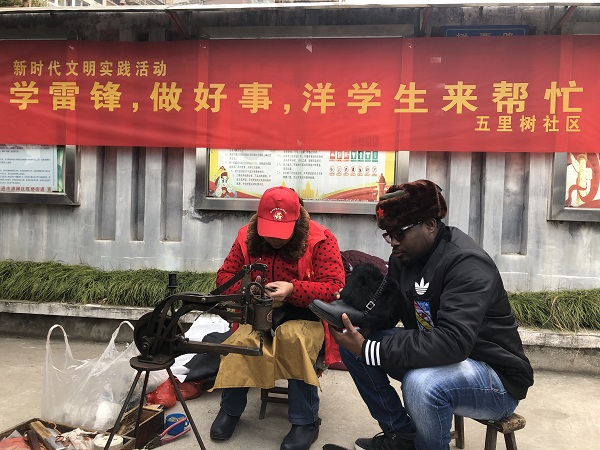 """Service from Foreign """"Lei Feng"""" ---Serving the people on """"Lei Feng Day"""""""